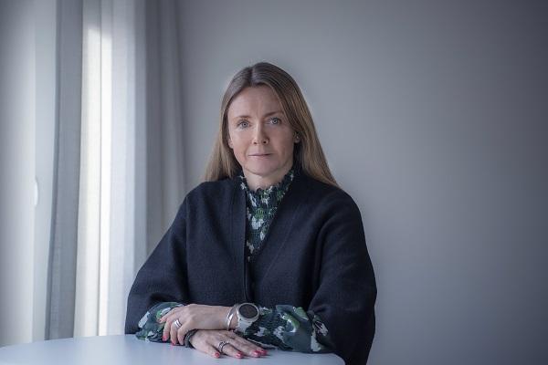 Christina Ramm-Ericson vid ståbord, där armarna vilar